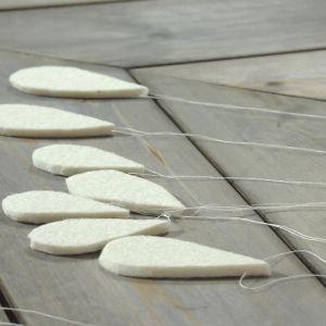 Rengdroppar i filttyg på ett bord