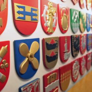 Kuntatalon seinillä on kuvattuna kaikkien Suomen kuntien vaakunat.