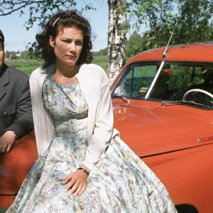 Taksinkuljettaja Olavi (Pekka Valkeejärvi) ja Armi (Minttu Mustakallio)