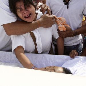 Filippiineillä presidentti Rodrigo Duterten on antanut poliisille avoimen valtakirjan huumeidenkäyttäjien surmaamiseksi.