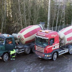 Betoniautot lähdössä betoniasemalta liikkeelle
