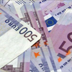 500 euron seteleitä pöydällä.
