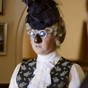 Amy Schumer pukeutuneena hassuihin silmälaseihin ja tekonenään.