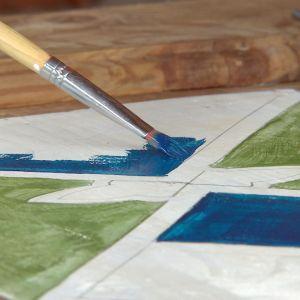 Målar en dörr med blå acrylfärg