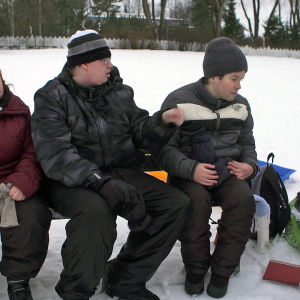 Kehitysvammaisia aikuisia ulkoilemassa talvella.