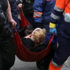 Räddningspersonal bär en skdad person.
