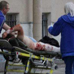Räddningspersonal tar hand om en skadad.