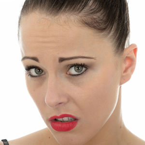 en bild på en kvinna som ser osäker och rädd ut