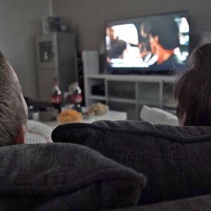 Pojat katsovat elokuvaa televisiosta.