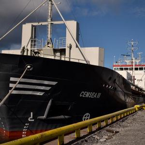 Ett fartyg som heter Cemsea III står förtöjd vid en hamn.