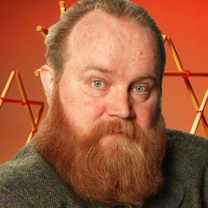 Kollaasissa Gösta Sundqvist taustalaan joulukoristeita punaisella pohjalla.