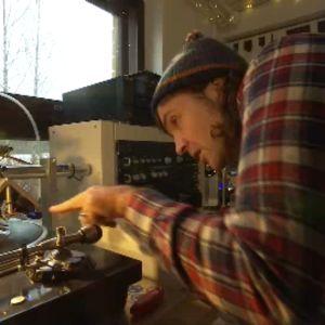 Cameron Allen kaivertaa musiikkia vinyylilevylle Royal Mint Recordsin pajalla Espoossa