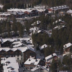 Kittilässä sijaitsevan Levin hotellialuetta rinteeltä käsin kuvattuna.