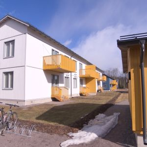 Vantaan Ilolassa keväällä 2017 valmistuneita Skanskan BoKlok-taloja (Ikean kanssa yhteistyössä suunniteltuja), joihin S-pankki myöntää jopa 45-vuotisen asuntolainan.