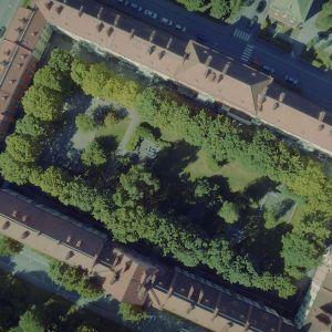 Ilmakuva suorakaiteen muotoisesta vehreästä umpikorttelipihasta.
