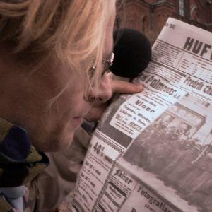 Reportern, spelad av oskar Pöysti, läser Hufvudstadsbladet från 1917.