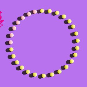 en ring av p-piller på en lila bakgrund
