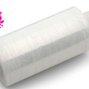 en rulle av plastfolie på en vit bakgrund