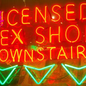 en bild på en sexleksaksbutiks fönster