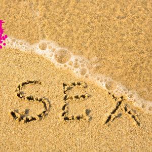 en sand strand var det står sex skrivet i sanden och en våg håller på att skölja bort det