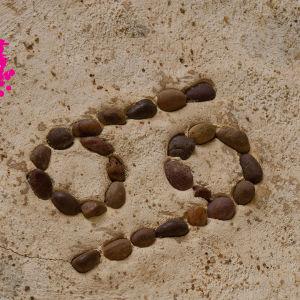 69 skrivet med stenar på sand
