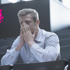 en man som sitter i ett konfferens rum och lutar sitta nsikte på sina händer så att de tänker hans mun