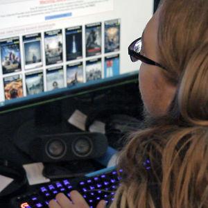 Mies selaa nettisivustoja.