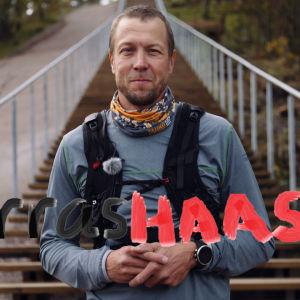 Mikko Peltona Paloheinän portaiden edessä.