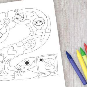 Pikku Kakkosen logosta tehty värityskuva pöydällä