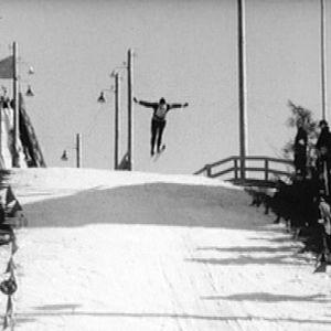Mies hyppää Herttoniemen hyppyrimäessä