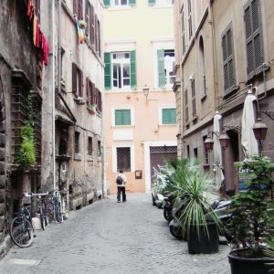 Kuja Piazza Navonan liepeillä.