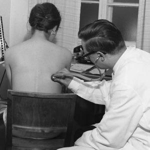 Lääkäri kuuntelee stetoskoopilla keuhkoja.