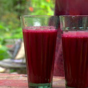 Två glas röd rotsakssmoothie