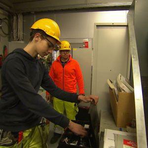 Praktikanten Oscar Arén instrueras av sin handledare Mikael Rosenblad i ett lager