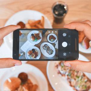 Älypuhelimella kuvataan ruoka-annoksia
