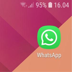 Kuvakaappaus: Kännykän aloitusnäytössä on WhatsApp-sovelluksen kuvake.