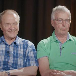 Kaksi vanhempaa herraa Mikko Siitonen (vas.) ja Simo-Pekka Airaksinen arvuuttelevat digiajan sanojen merkitystä.