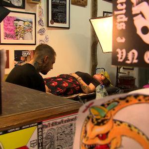 tatueraren Godwell med kunden Sarah Tourneur