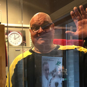 Jari Lampio tervehtii eläinsairaalaan tulijaa vahtimestareiden kopista.