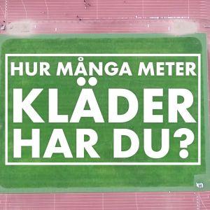 """Ett idrottsplan uppifrån med texten """"Hur många meter kläder har du?"""" skrivet i mitten."""