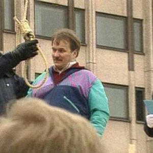 Turun seudun työttömien yhdistykset halusivat osoittaa äärimmäisen keinon työttömyyden ratkaisemiseksi ja pitivät Turun torilla työttömien hirttäjäiset. (1994)