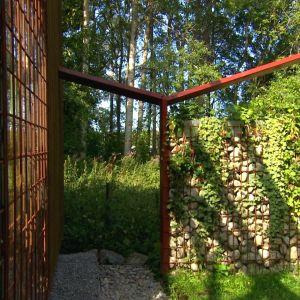 Raudasta ja kivestä rakennettu aita Strömsö puutarhassa