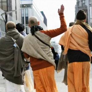 Krishna-liikkeen jäseniä kadulla.