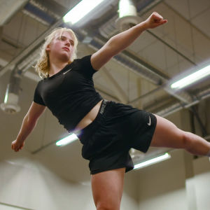 Loviisa Jännes cheerleading-treeneissä ohjelmassa 24 tuntia Euroopassa