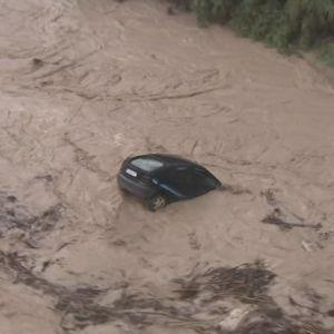 En bil drivs med vattenmassor i närheten av Valencia i Spanien där kraftiga regn orsakat omfattande översvämningar.