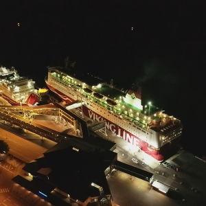 Viking Lines terminal på natten. Bilden tagen med en drönare eller från en helikopter.