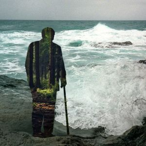 Vanhan miehen hahmo katselee tyrskyävää merta