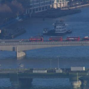 En rad med bussar på en bro.
