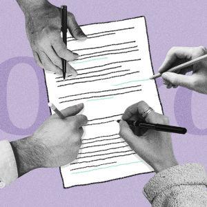 neljä kättä kirjoittamassa paperiin