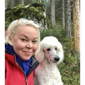 Selfiessä oopperalaulaja Johanna Rusanen-Kartano Carlos-koiransa kanssa eristyksessä koronakeväänä 2020.